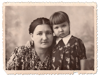 mother and child next to each other in an old photography, symbolizing the importance of recognizing children's past lives experiences